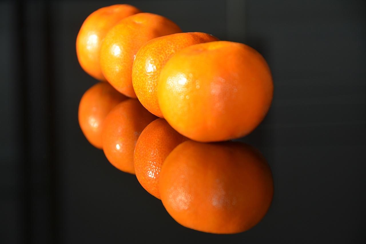 Фотографии Оранжевый Мандарины отражается Еда Крупным планом оранжевых оранжевые оранжевая Отражение отражении Пища Продукты питания вблизи
