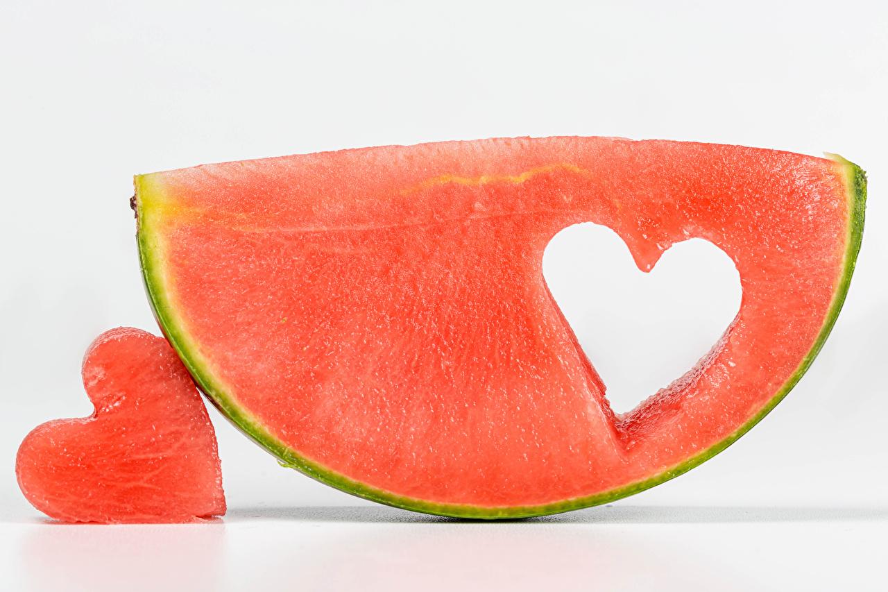 Картинки Сердце Кусок Арбузы Продукты питания Белый фон серце сердца сердечко часть кусочек кусочки Еда Пища белом фоне белым фоном