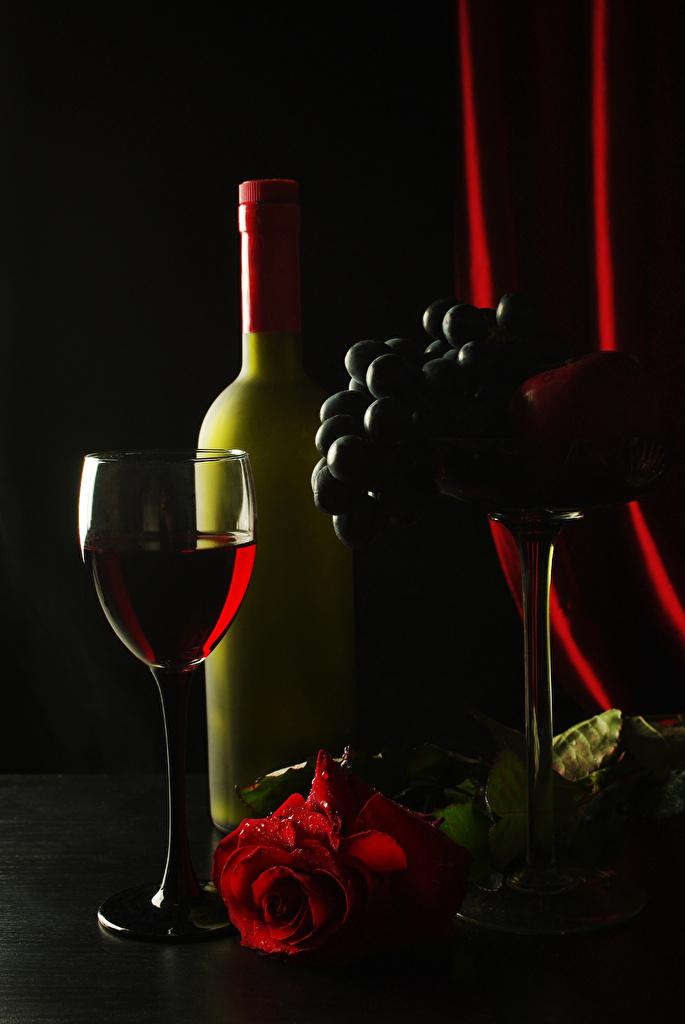 Фото Розы Вино Виноград бокал Бутылка Продукты питания Черный фон Еда Пища Бокалы бутылки на черном фоне