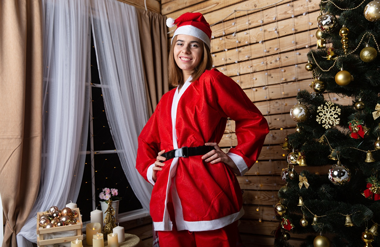 Картинки Рождество Улыбка Шапки Девушки Новогодняя ёлка Шарики Униформа Новый год Елка Шар