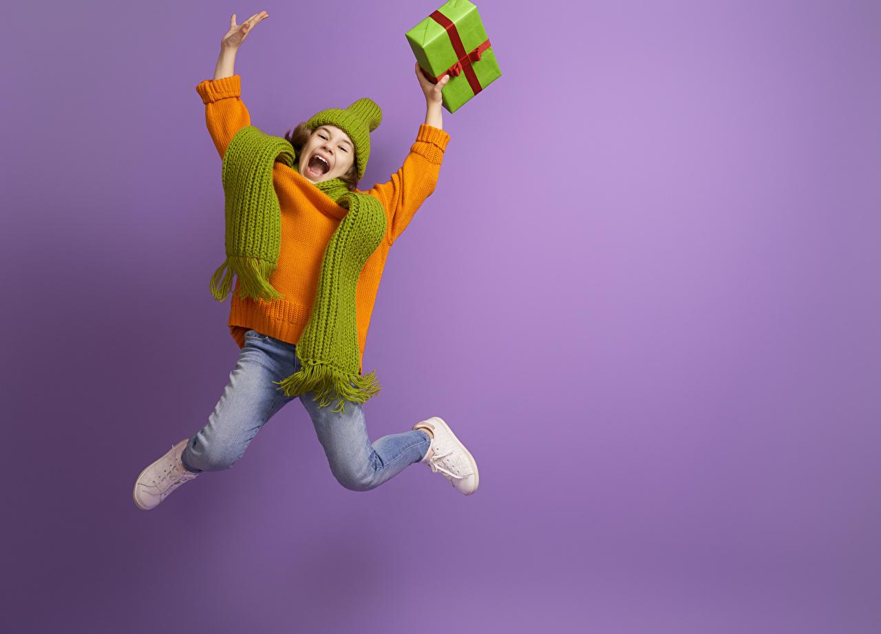 Фотографии девочка шарфом счастливый Дети свитере Подарки прыгать Руки Цветной фон Девочки Шарф шарфе Радость счастье радостная радостный счастливые счастливая ребёнок Свитер Прыжок свитера подарок прыгает в прыжке подарков рука