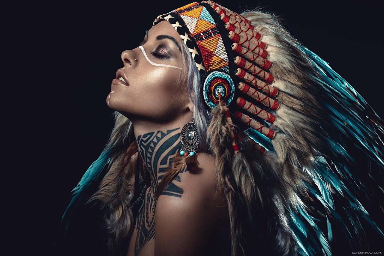 Картинка Индейцы Красивые Индейский головной убор Девушки Черный фон