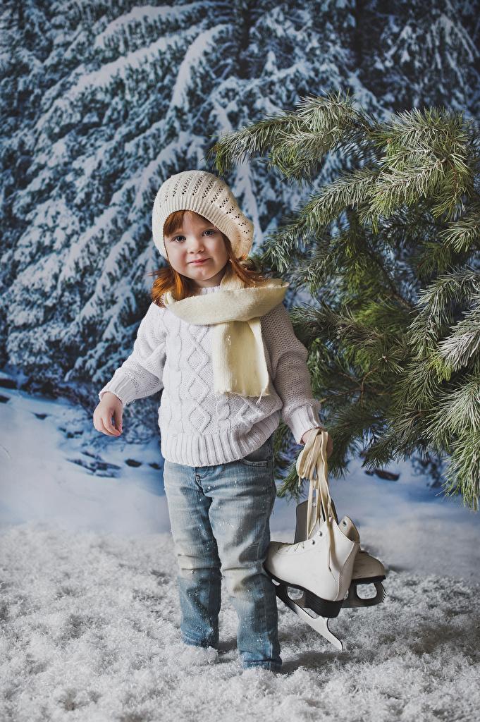 Обои Девочки Коньки Дети Зима Шапки Свитер Джинсы Взгляд Ребёнок зимние смотрит