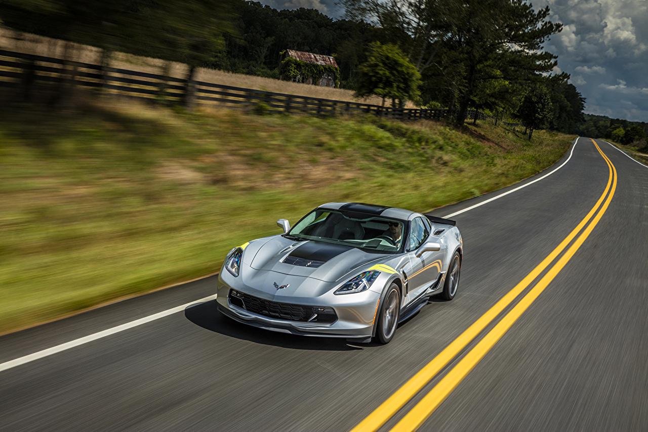 Картинка Chevrolet 2017 Corvette Grand Sport Серебристый едущая Дороги машина Шевроле серебряный серебряная серебристая едет едущий Движение скорость авто машины автомобиль Автомобили