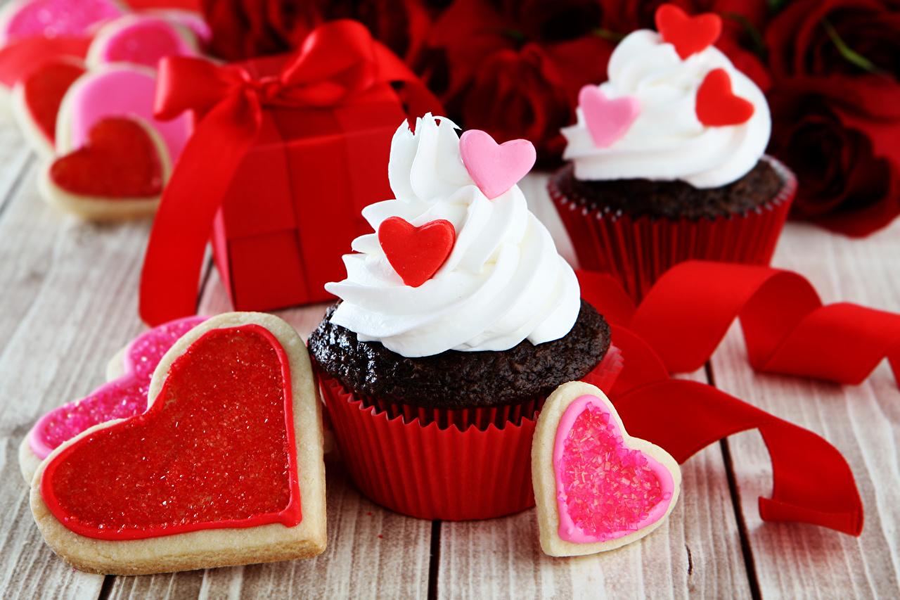 Картинка День святого Валентина серце Капкейк кекс Еда ленточка Пирожное сладкая еда Доски День всех влюблённых Сердце сердца сердечко Пища Лента Продукты питания Сладости