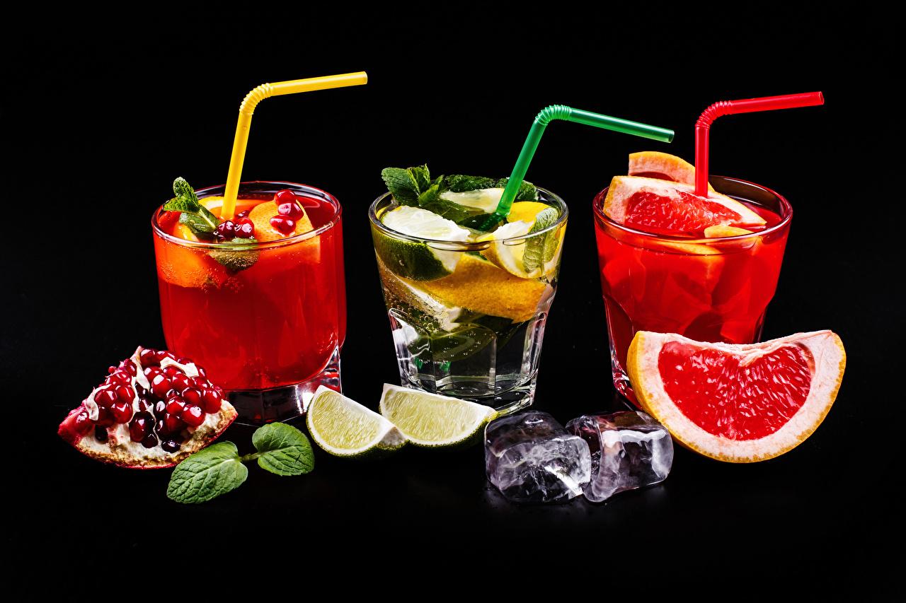 Обои Алкогольные напитки Лед Лайм Грейпфрут Стакан Гранат Еда Трое 3 Коктейль Черный фон Пища втроем Продукты питания