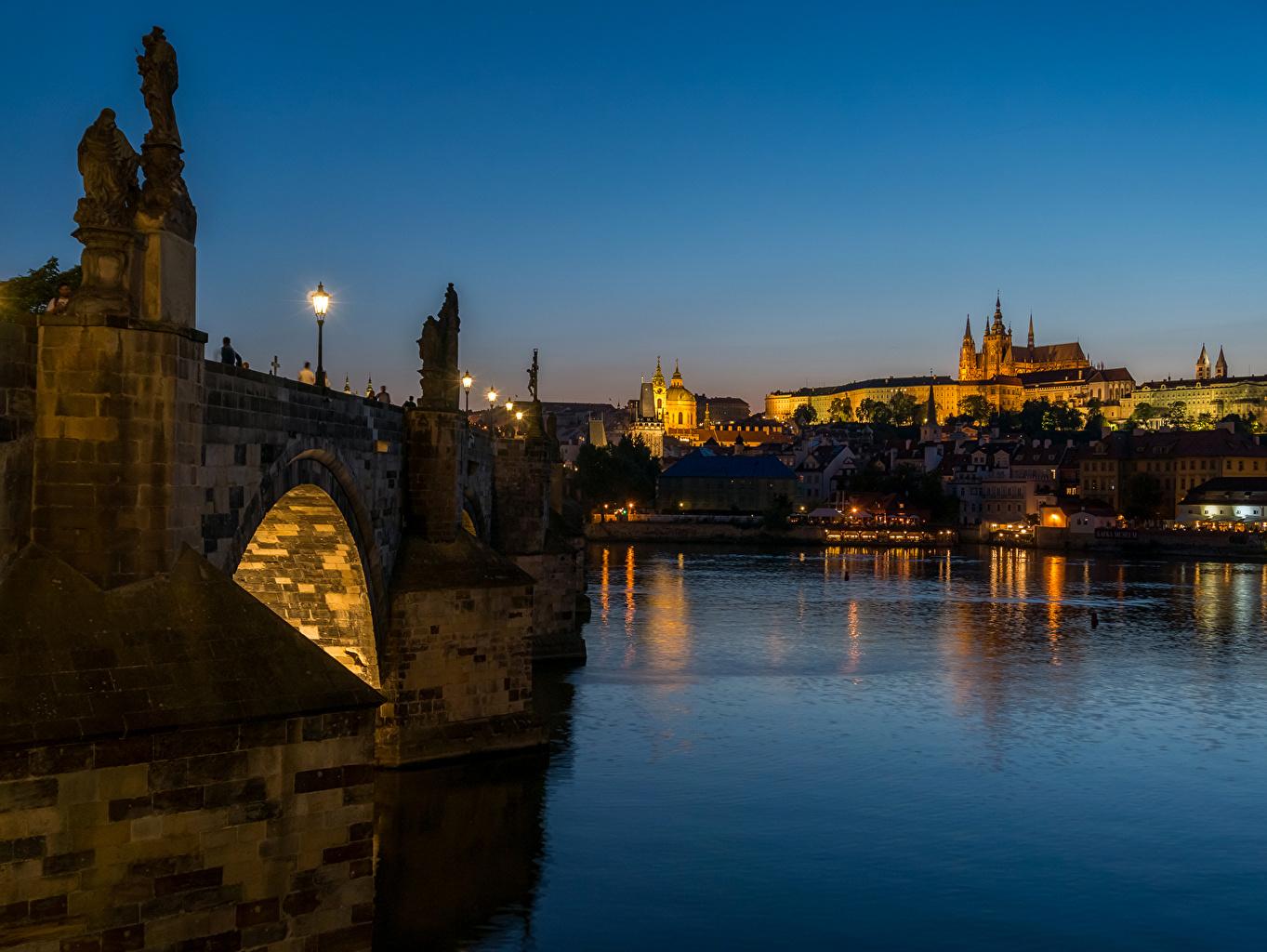 Картинка Прага Чехия Мосты Реки Ночь Уличные фонари Города Скульптуры ночью речка в ночи Ночные город