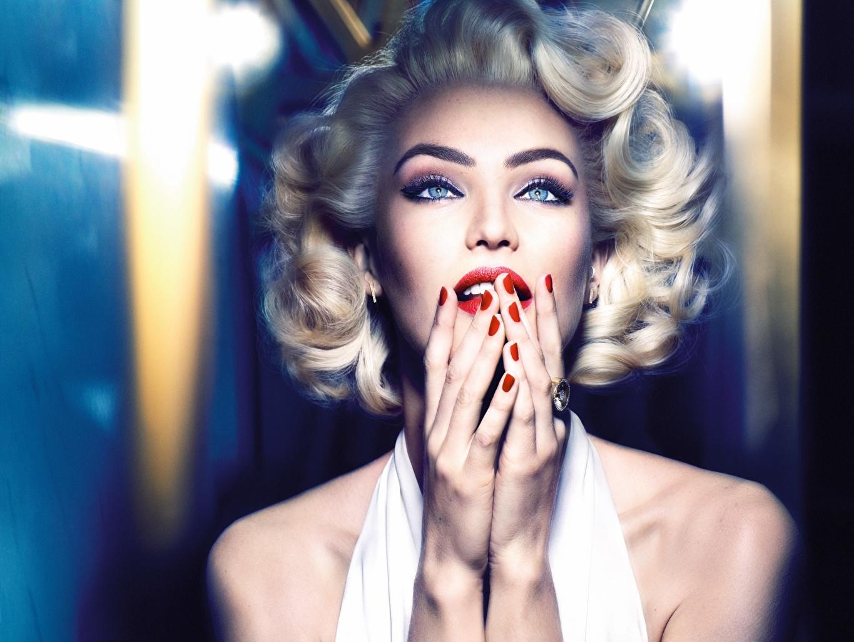 Картинка Мэрилин Монро Кэндис Свейнпол Блондинка маникюра Макияж Косплей Marilyn Monroe молодые женщины рука Взгляд Candice Swanepoel блондинки блондинок Маникюр мейкап косметика на лице девушка Девушки молодая женщина Руки смотрит смотрят
