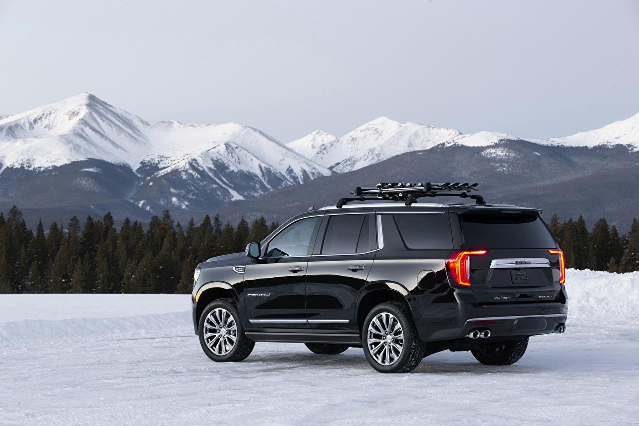 Фото GMC SUV Yukon Denali, 2020 гора Черный снегу Сбоку машины Металлик Дженерал моторс Внедорожник Горы черная черные черных Снег снега снеге авто машина Автомобили автомобиль
