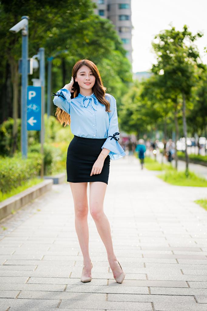 Фото юбки Поза Блузка Девушки ног азиатка смотрит  для мобильного телефона Юбка юбке позирует девушка молодая женщина молодые женщины Ноги Азиаты азиатки Взгляд смотрят
