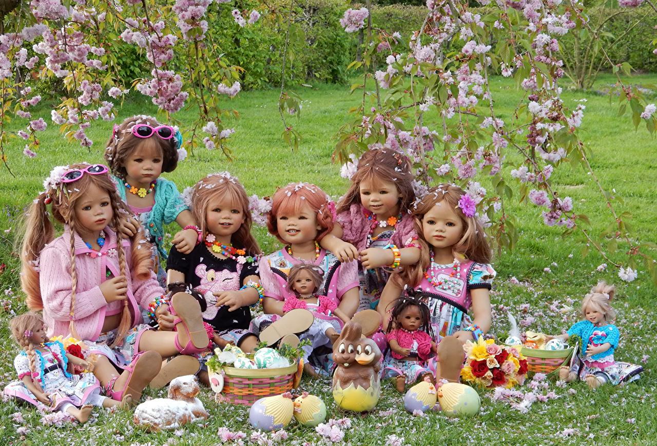 Фотографии Пасха девочка кролик Германия куклы Grugapark Essen Яйца Весна Природа парк Цветущие деревья Девочки Кролики Кукла яиц яйцо яйцами весенние Парки