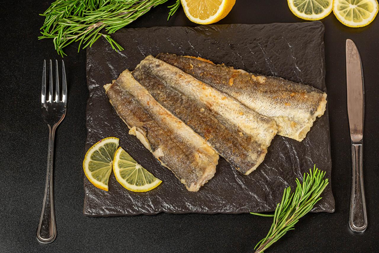 Обои для рабочего стола ножик жареные ребёнок Рыба Лимоны вилки Серый фон Нож Жареная Дети Вилка столовая сером фоне