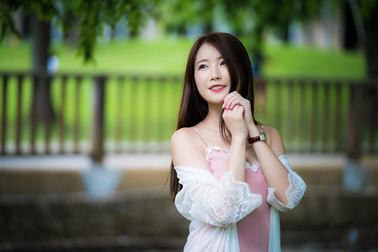 Фото Шатенка Улыбка Размытый фон молодая женщина азиатка рука смотрит шатенки улыбается боке девушка Девушки молодые женщины Азиаты азиатки Руки Взгляд смотрят