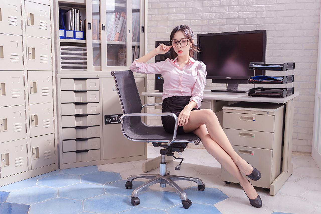 Обои для рабочего стола Юбка Секретарши Блузка молодая женщина Ноги азиатки Очки Сидит Кресло смотрят Офис юбки юбке секретарша девушка Девушки молодые женщины ног Азиаты азиатка сидя очков очках сидящие Взгляд смотрит