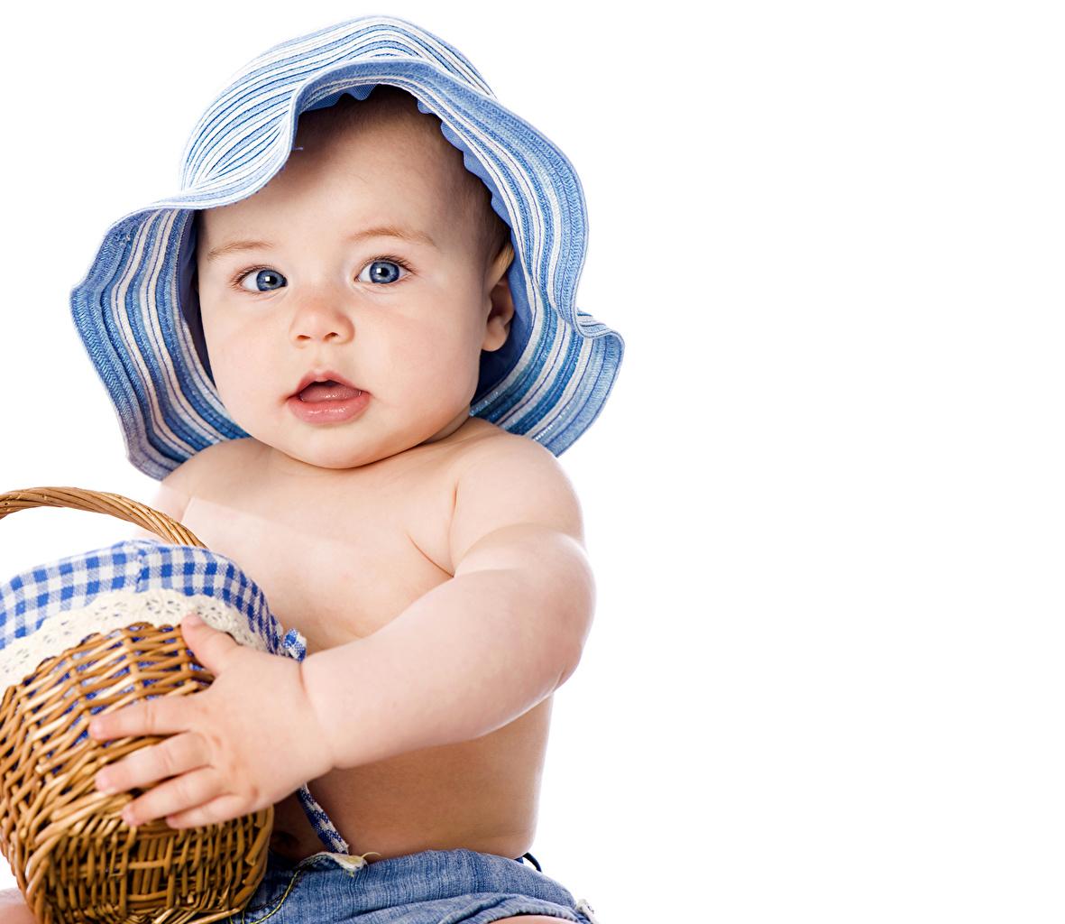 Фото Мальчики Дети Шляпа Корзинка смотрят мальчик мальчишка мальчишки ребёнок шляпы шляпе Корзина корзины Взгляд смотрит