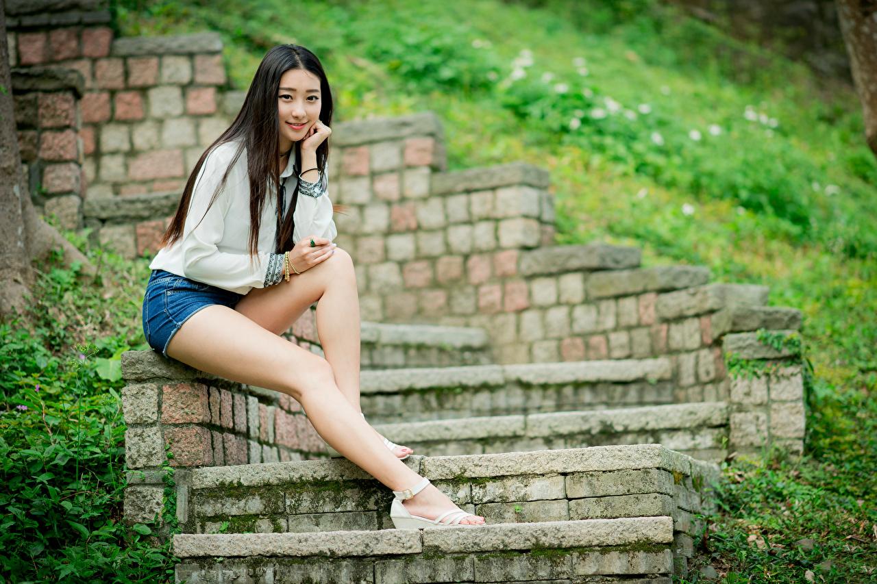 Обои для рабочего стола брюнетки Девушки Лестница ног Азиаты Сидит Шорты смотрит Брюнетка брюнеток девушка лестницы молодая женщина молодые женщины Ноги азиатки азиатка шорт сидя шортах сидящие Взгляд смотрят