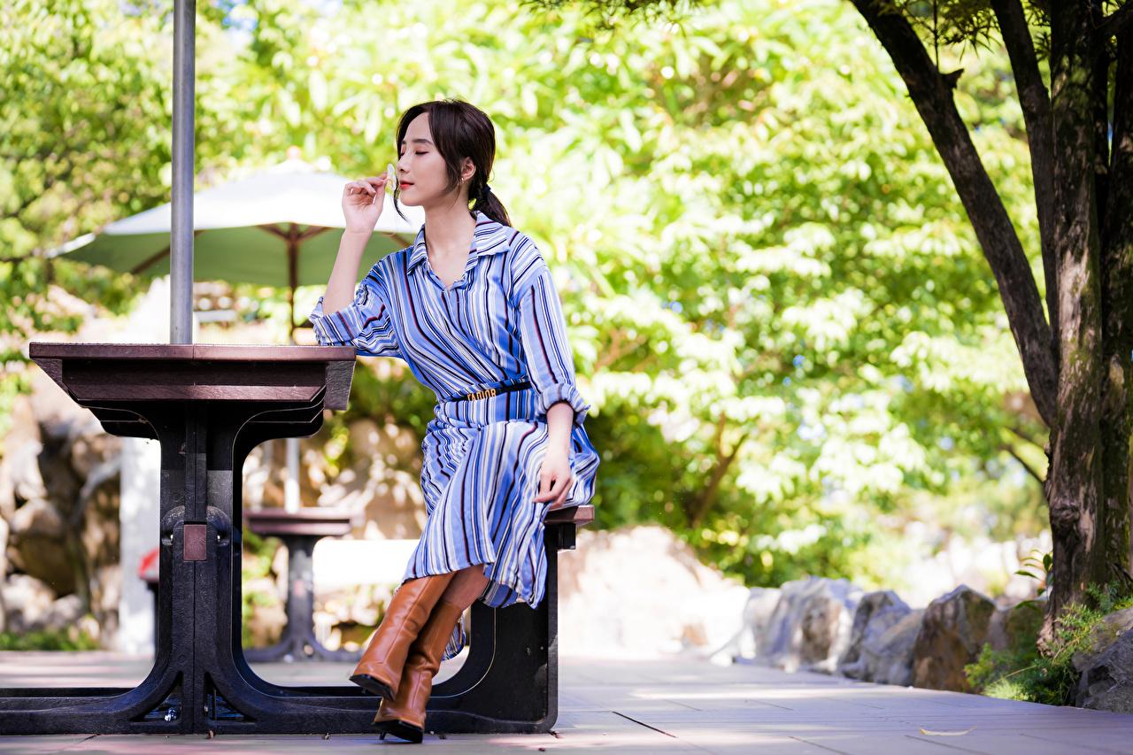 Обои для рабочего стола боке молодые женщины азиатка сидя платья Размытый фон девушка Девушки молодая женщина Азиаты азиатки Сидит сидящие Платье