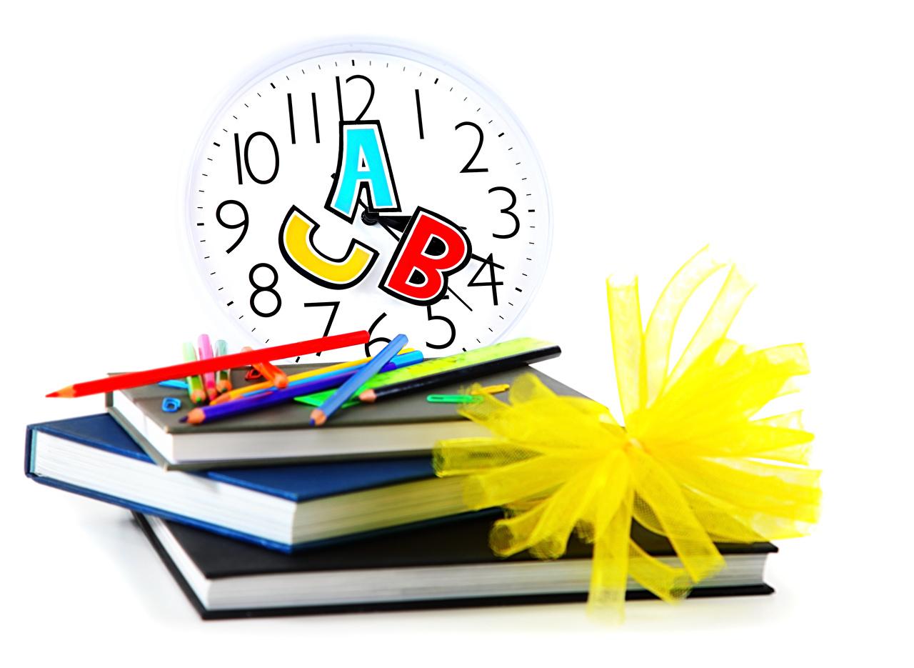 Фотография Школа Карандаши Часы книги Белый фон школьные карандаш карандаша карандашей Книга белом фоне белым фоном