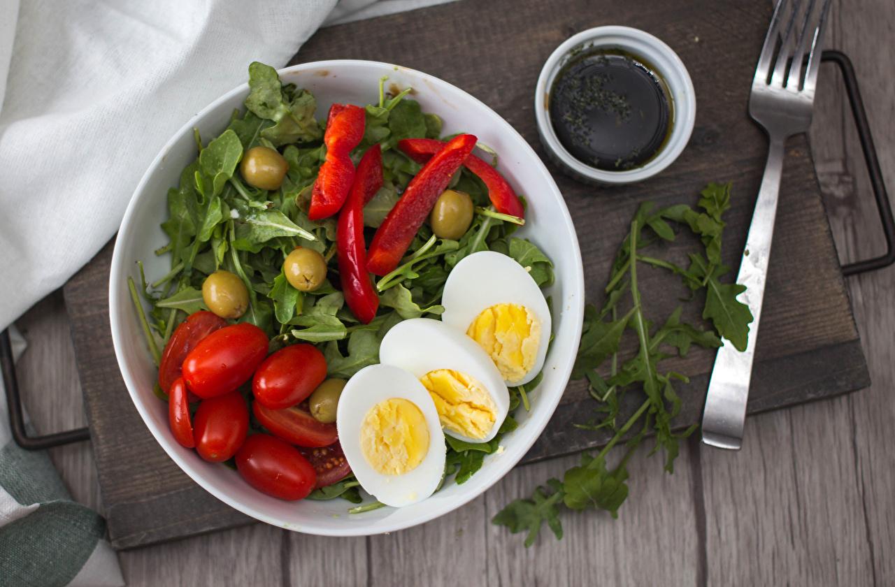 Фотографии яиц Оливки Томаты Еда Овощи Тарелка Вилка столовая Доски яйцо Яйца яйцами Помидоры Пища вилки тарелке Продукты питания