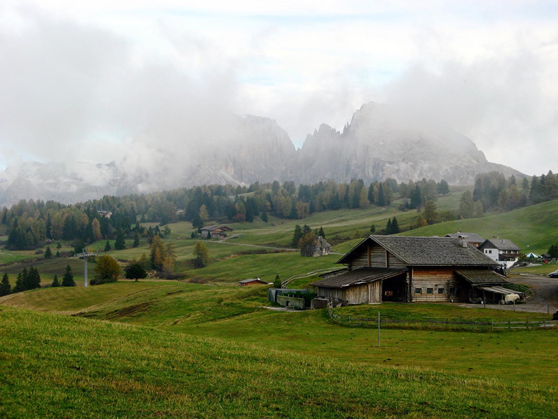 Фото Италия Seiser Alm Туман Горы Природа Поля Пейзаж Здания тумане тумана гора Дома