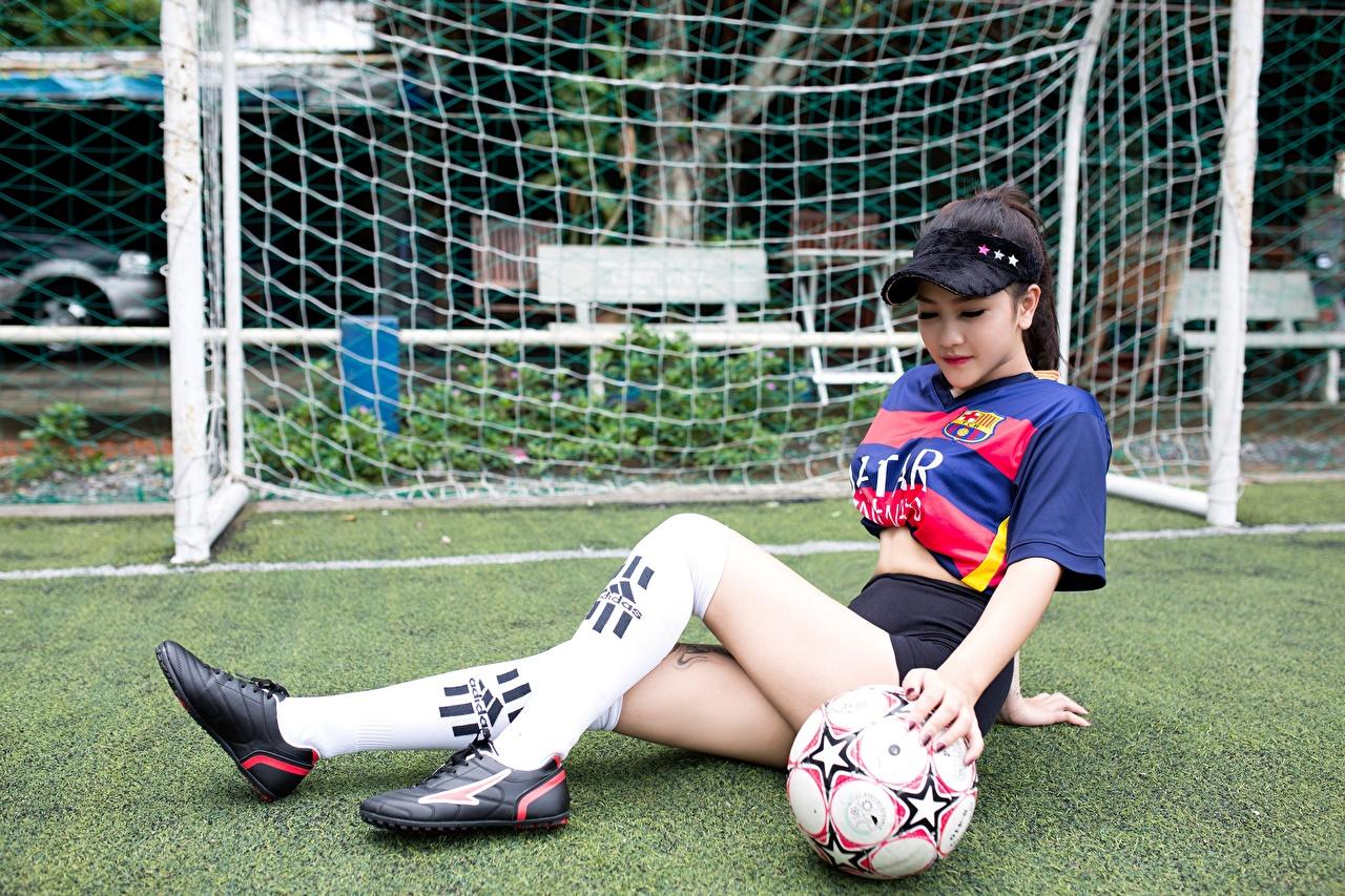 Обои для рабочего стола Гольфы Футбол молодая женщина Ноги азиатка Мяч Газон Униформа гольфах девушка Девушки молодые женщины ног Азиаты азиатки Мячик газоне униформе