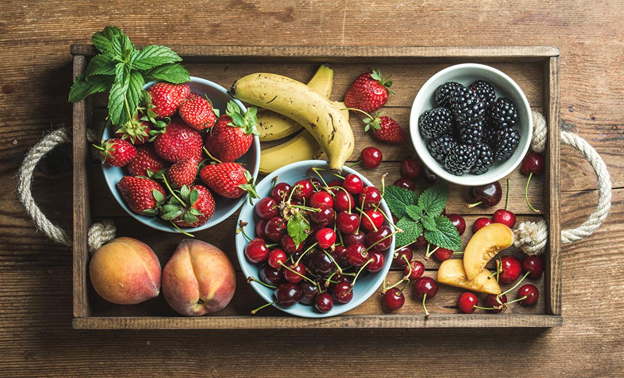Картинки Бананы Ежевика Черешня Персики Клубника Еда Фрукты Вишня Пища Продукты питания