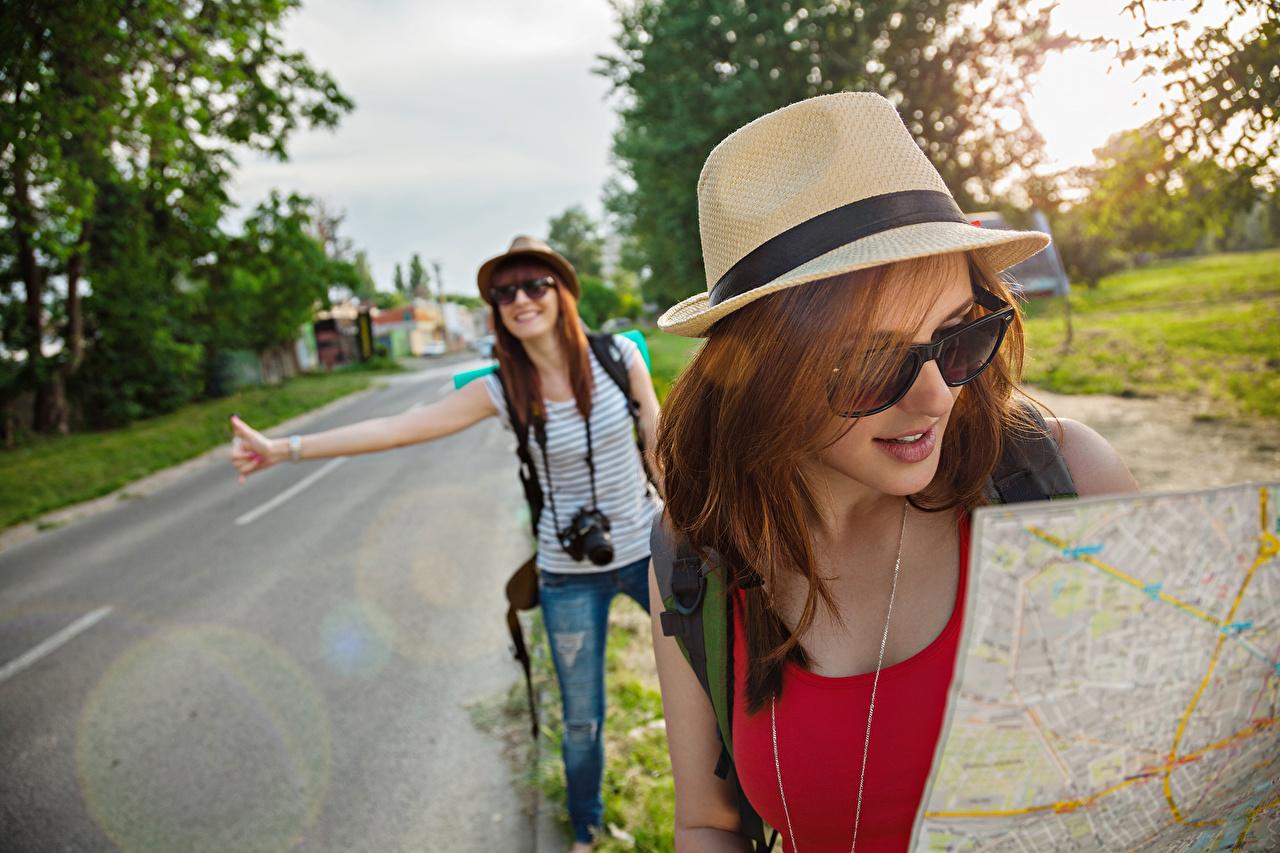 Картинка путешественник Туризм шатенки два шляпе девушка Дороги Очки Турист Шатенка 2 две Двое Шляпа шляпы вдвоем Девушки молодые женщины молодая женщина очках очков