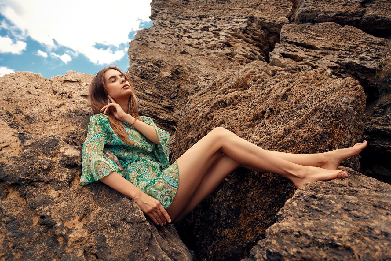 Картинка Девушки Viacheslav Krivonos Alisa Ноги платья Камни Модель Сидит девушка молодая женщина молодые женщины ног Платье Камень фотомодель сидя сидящие