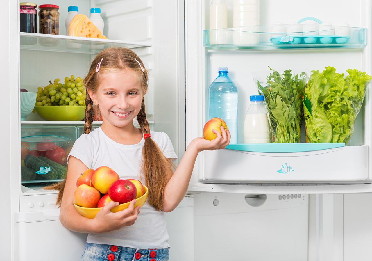 Картинки девочка Холодильник улыбается Дети Яблоки Девочки Улыбка ребёнок