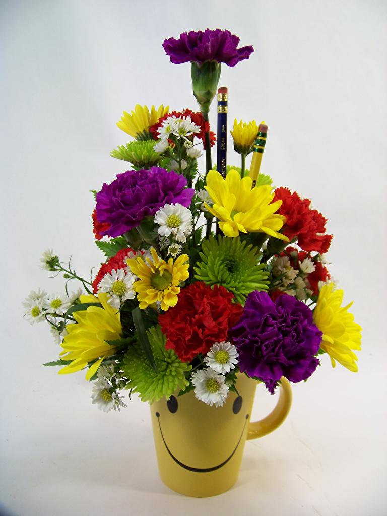 Картинки букет Цветы гвоздика Хризантемы вазы Серый фон Букеты цветок Гвоздики Ваза вазе сером фоне