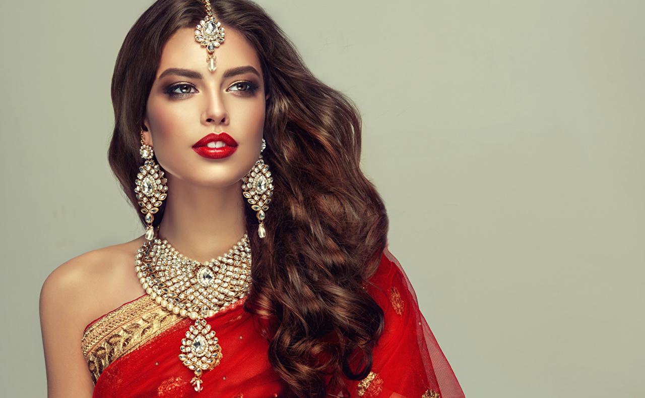 Картинки Девушки сером фоне Красные губы Шатенка красивая волос серег ожерельем Украшения девушка молодые женщины молодая женщина Серый фон красными губами шатенки красивый Красивые Волосы Серьги ожерелья Ожерелье