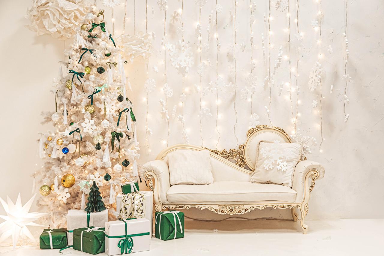 Фотографии Новый год Елка Подарки Интерьер диване Шарики Подушки Рождество Новогодняя ёлка подарок подарков Шар Диван подушка