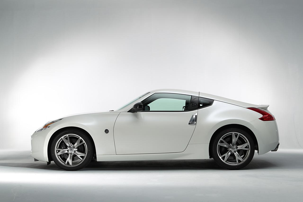 Обои для рабочего стола Ниссан 370Z Signatech (Z34), 2012 белых Сбоку Металлик автомобиль Nissan Белый белые белая авто машина машины Автомобили