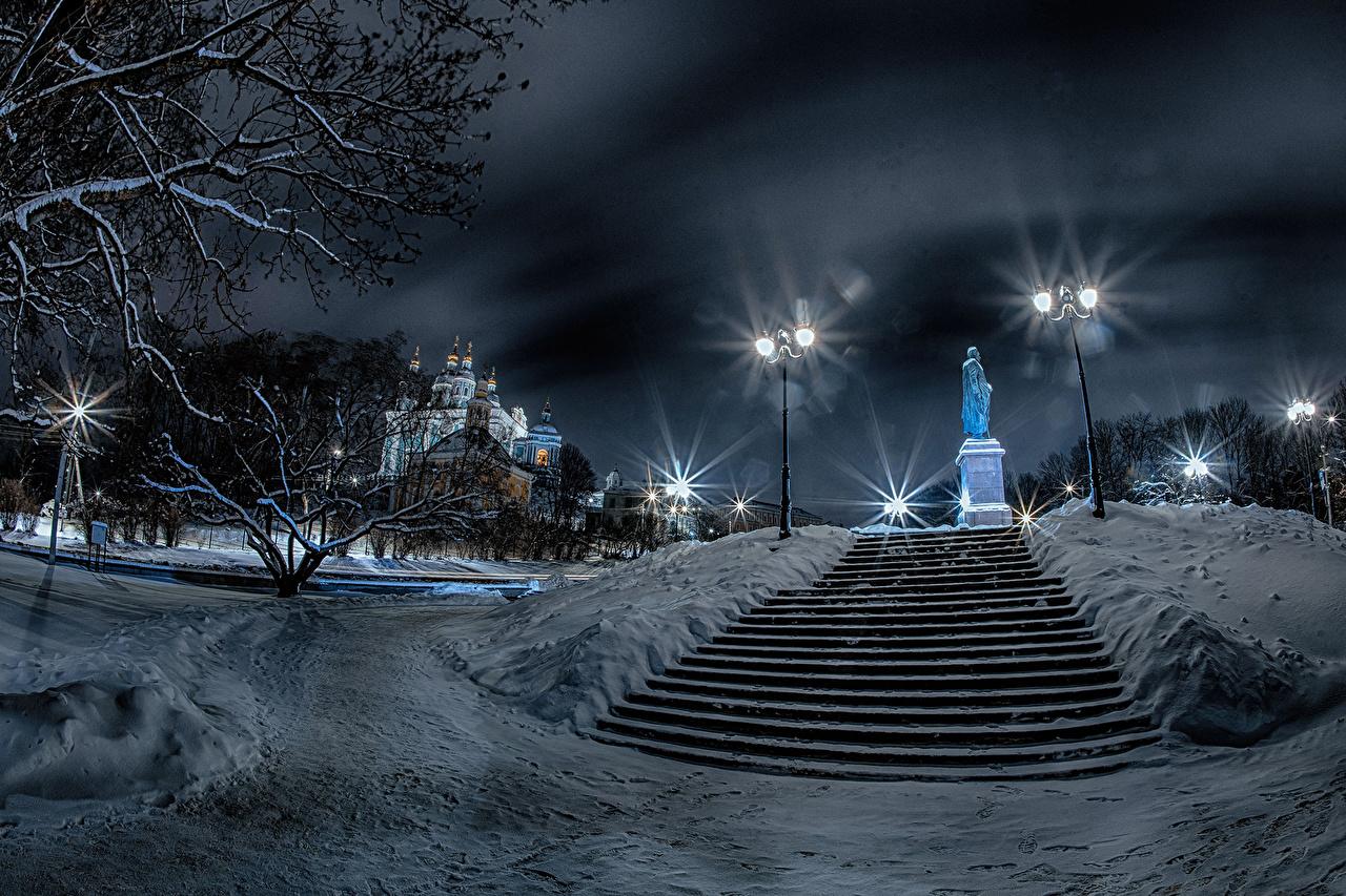 Картинка Россия Памятники Smolensk Зима лестницы снеге храм ночью Уличные фонари город зимние Лестница Снег снега снегу Ночь Храмы в ночи Ночные Города