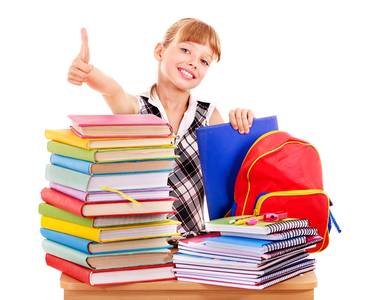 Фото Девочки Школа Дети Тетрадь Книга Пальцы смотрит белом фоне девочка школьные ребёнок книги Взгляд смотрят Белый фон белым фоном