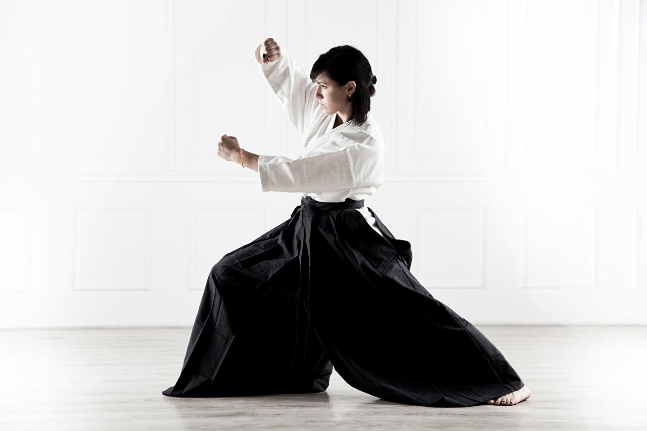 Фото Брюнетка тренируется Aikido, Svetlana Druzhinina Поза Кимоно спортивные молодая женщина униформе брюнеток брюнетки Тренировка физическое упражнение позирует Спорт Девушки девушка спортивный спортивная молодые женщины Униформа