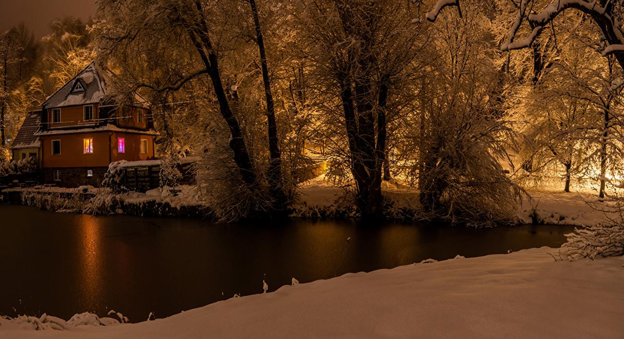 Фото Германия Cunewalde зимние Природа Снег Реки Вечер Дома Деревья Зима речка Здания