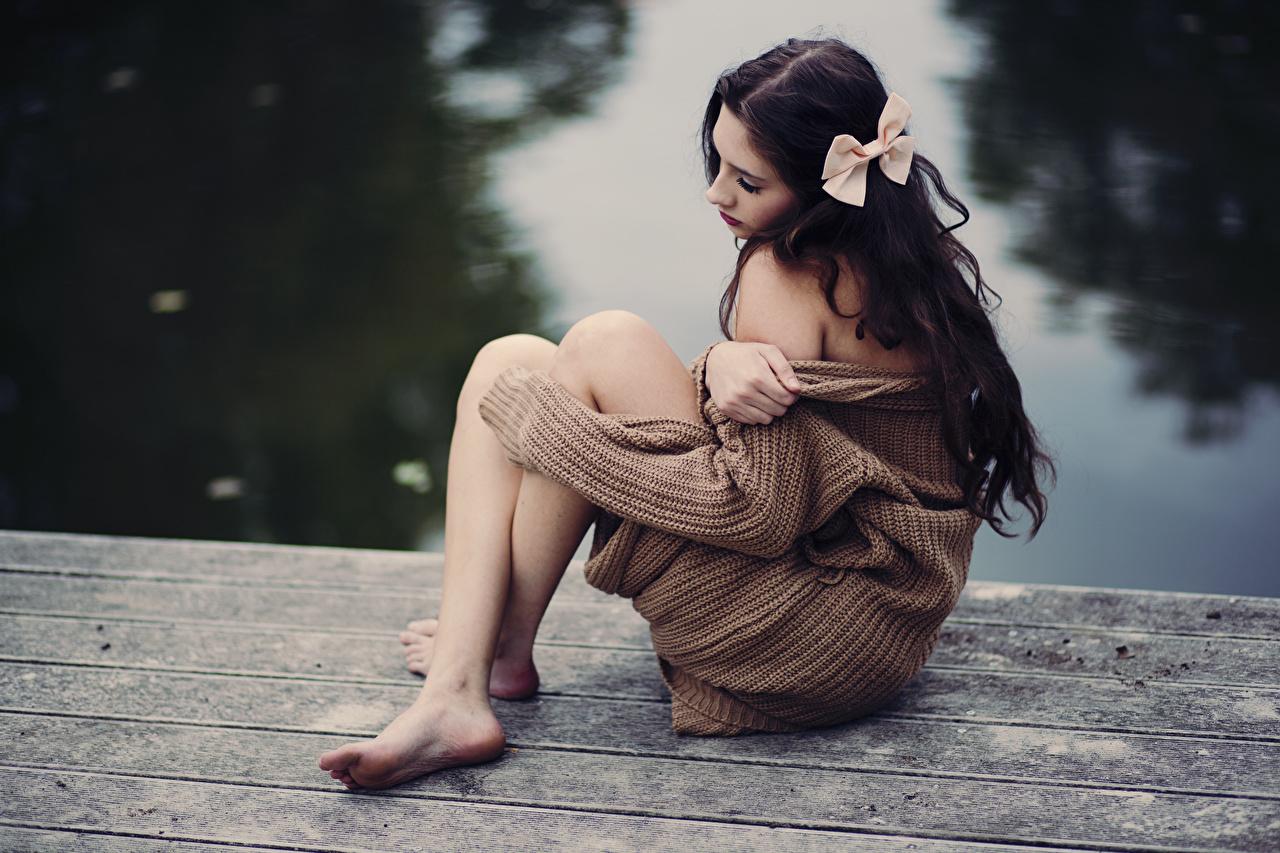 Фотографии брюнеток молодые женщины ног свитере рука Сидит бантики брюнетки Брюнетка девушка Девушки молодая женщина Ноги Свитер свитера бант сидя Руки Бантик сидящие