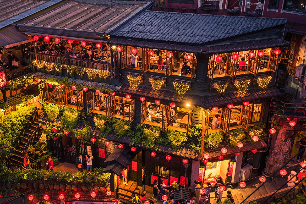 Обои для рабочего стола Тайвань New Taipei Кафе Вечер Гирлянда Уличные фонари Дома Города дизайна Электрическая гирлянда город Здания Дизайн