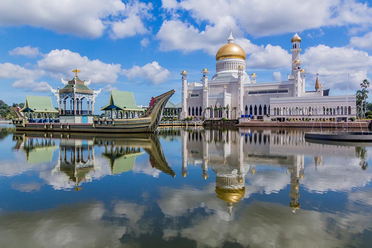 Картинки Мечеть Дворец Башня Brunei, Omar Ali Saifuddien Mosque Отражение Лодки речка Облака Города дворца башни отражении отражается Реки река город облако облачно