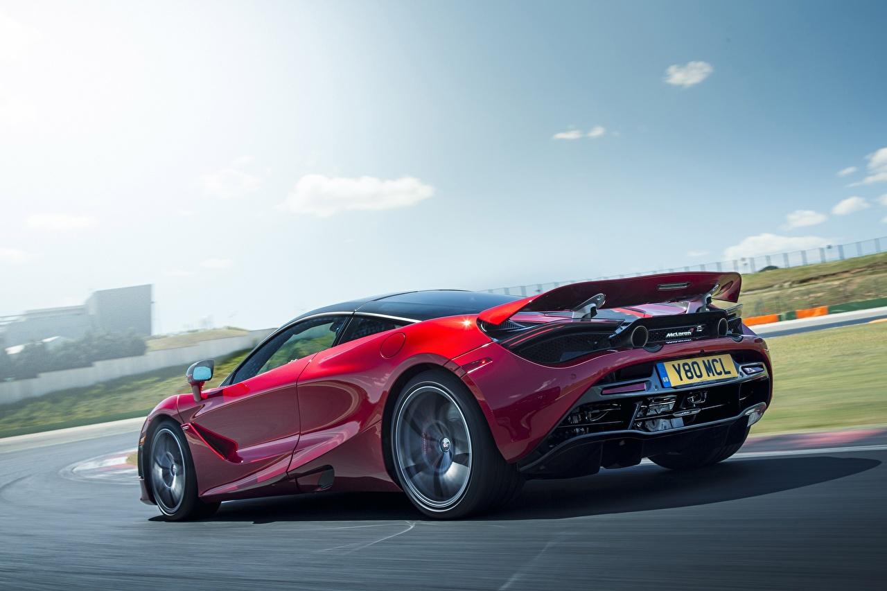Фотографии Макларен 720S бордовые едущий Автомобили McLaren бордовая Бордовый темно красный едет едущая скорость Движение авто машина машины автомобиль