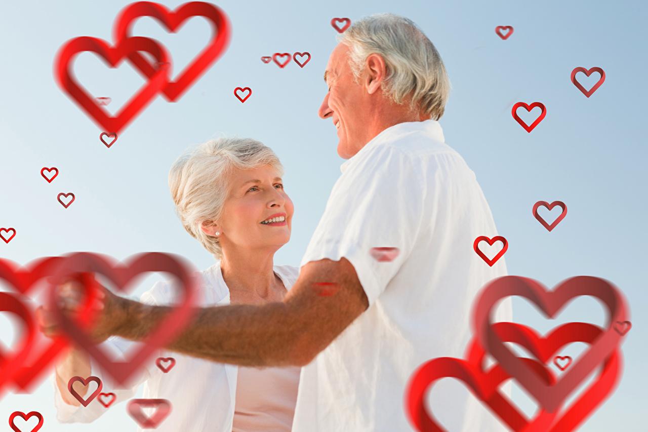 Фото День святого Валентина Мужчины Старуха Сердце Старик улыбается 2 Любовь День всех влюблённых мужчина старая женщина пожилая женщина серце сердца Улыбка сердечко старый мужчина пожилой мужчина два две Двое вдвоем
