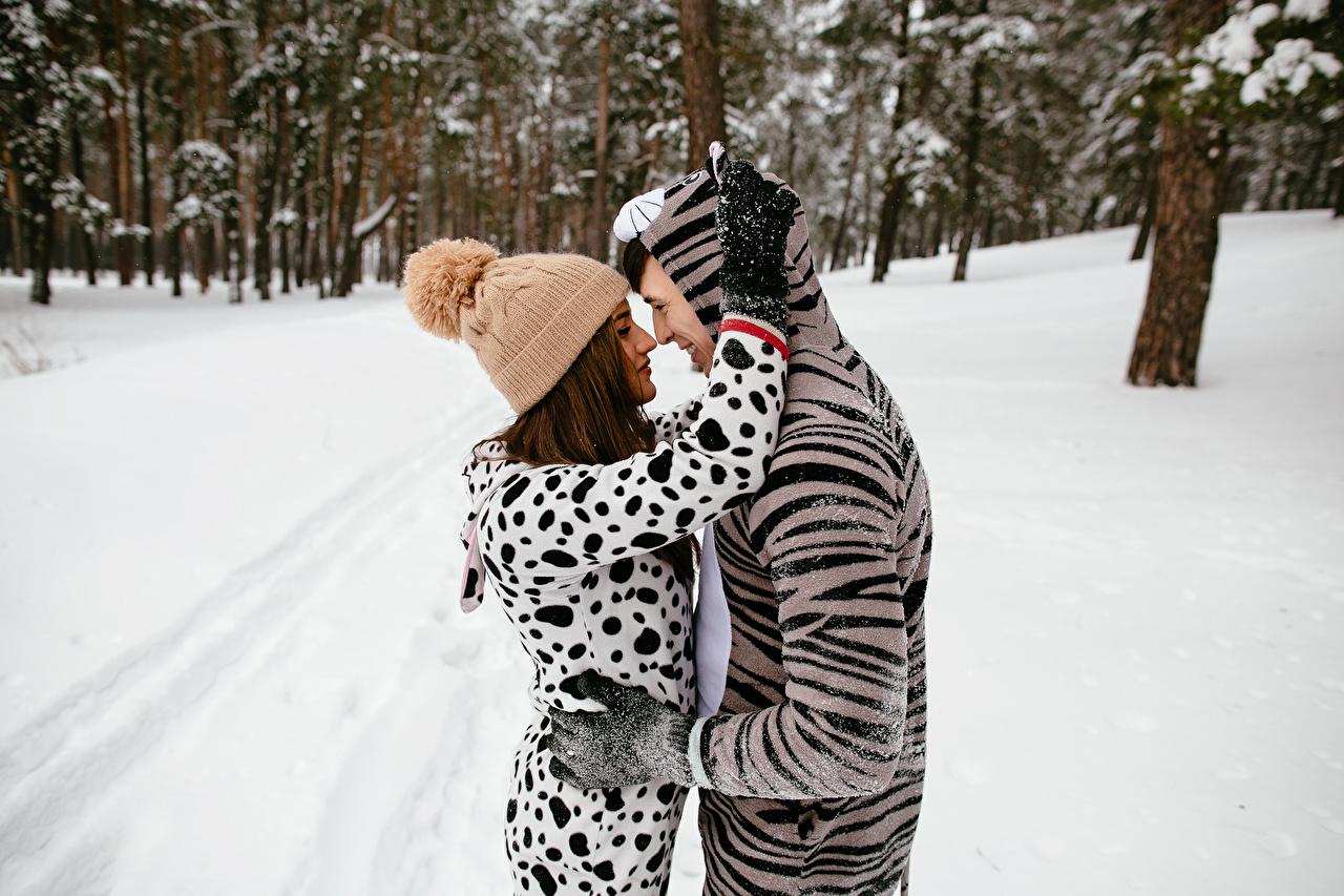 Картинка Мужчины Зима шапка вдвоем Любовь Девушки обнимает 2 две два Двое Шапки зимние в шапке девушка Объятие обнимаются молодые женщины молодая женщина