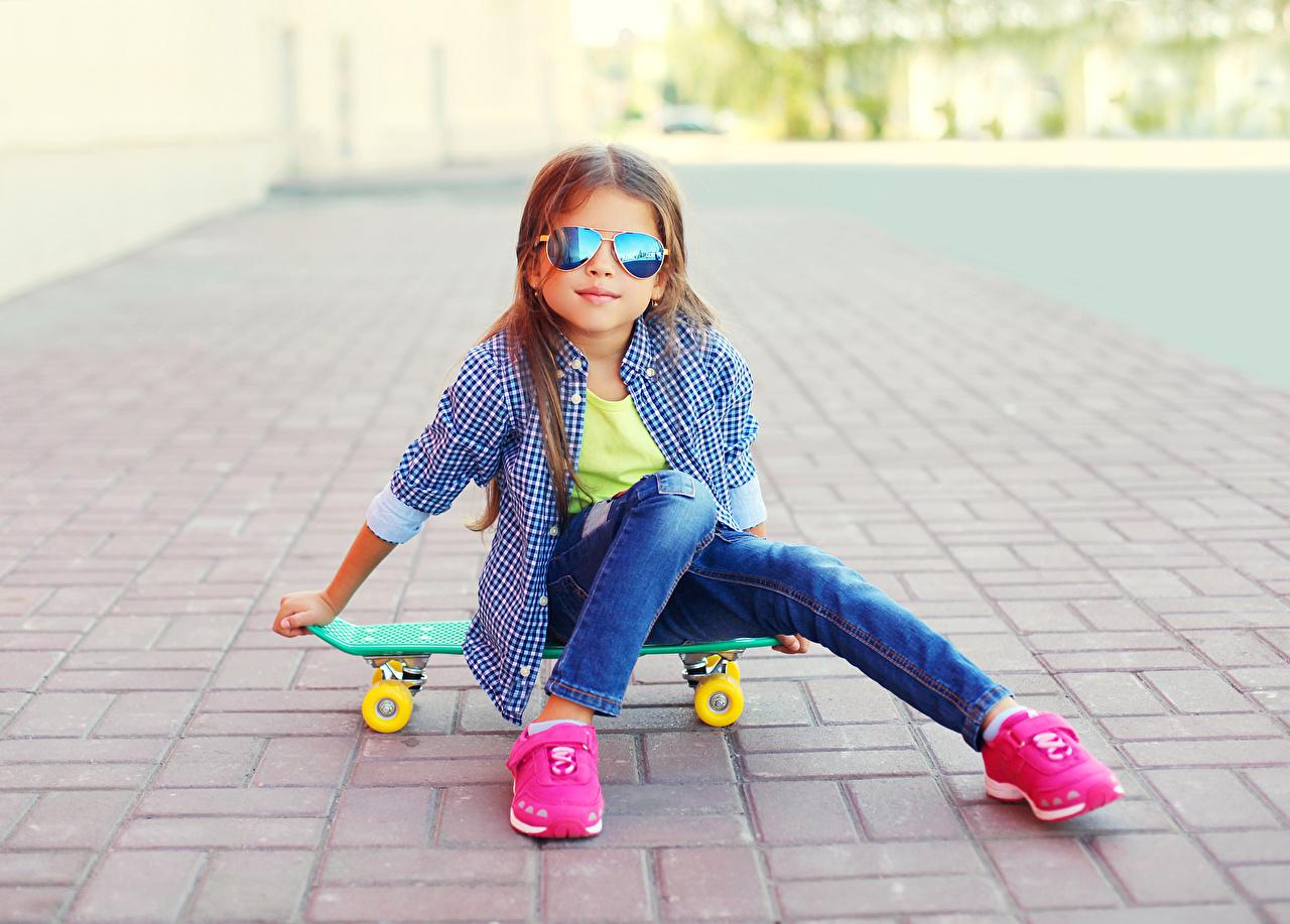 Обои для рабочего стола Девочки ребёнок рубашки кроссовках Роликовая доска Очки Сидит девочка Дети рубашке Рубашка Кроссовки Скейтборд сидя очках очков сидящие