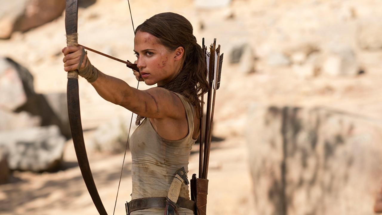 Обои для рабочего стола Tomb Raider: Лара Крофт 2018 Алисия Викандер Лара Крофт Лук оружие девушка кино Знаменитости луком Девушки молодая женщина молодые женщины Фильмы