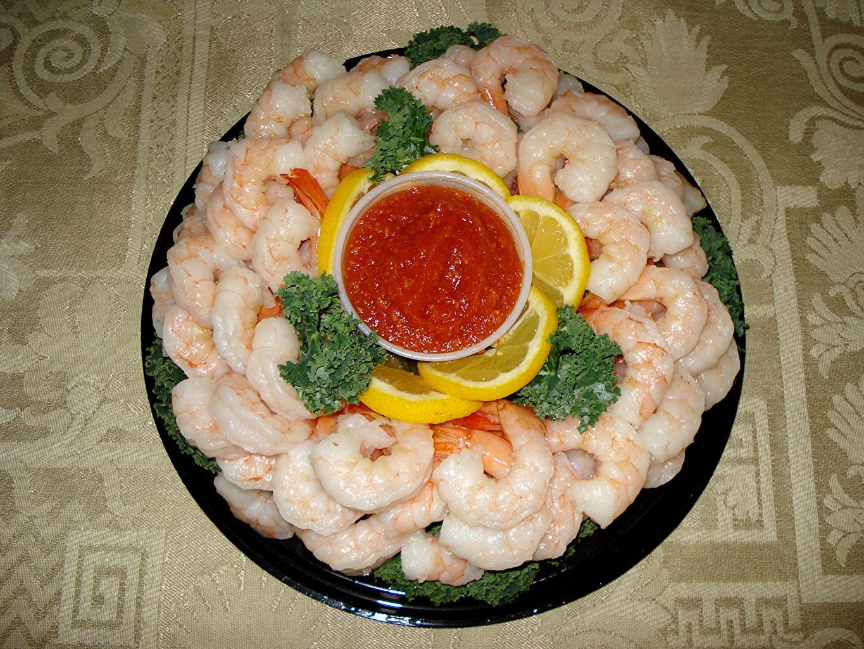 Обои для рабочего стола Кетчуп Лимоны Креветки Еда Морепродукты кетчупа кетчупом Пища Продукты питания