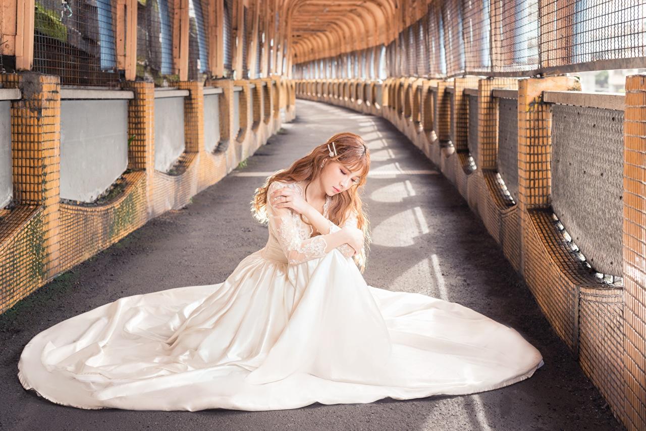 Фото шатенки боке Белый молодая женщина азиатки сидя Платье Шатенка Размытый фон белая белые белых девушка Девушки молодые женщины Азиаты азиатка Сидит сидящие платья