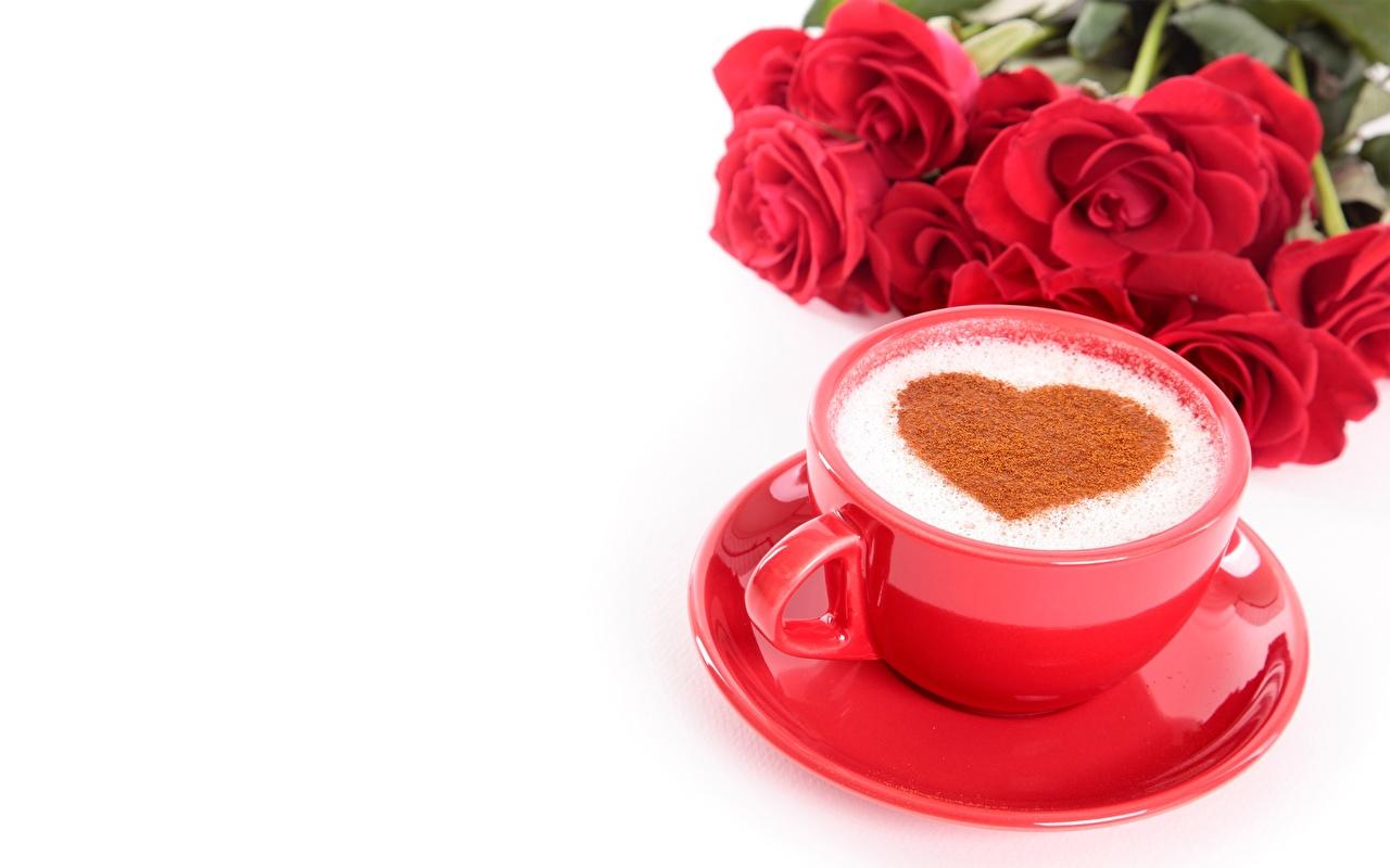 Фотография День всех влюблённых сердечко Кофе Капучино Еда чашке Блюдце белом фоне День святого Валентина серце сердца Сердце Пища Чашка блюдца Продукты питания Белый фон белым фоном