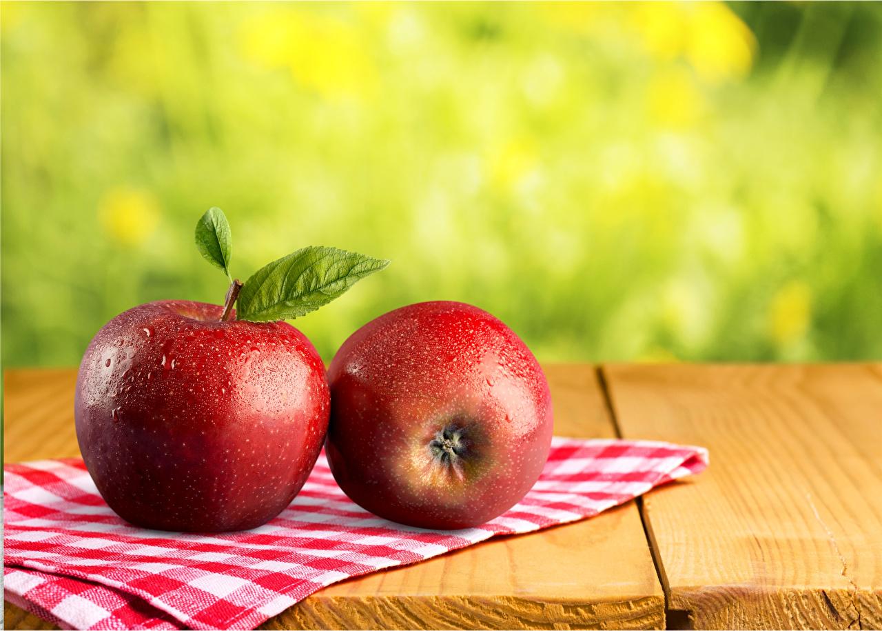 Фото две красные Яблоки Еда вблизи Доски 2 два Двое вдвоем красных красная Красный Пища Продукты питания Крупным планом