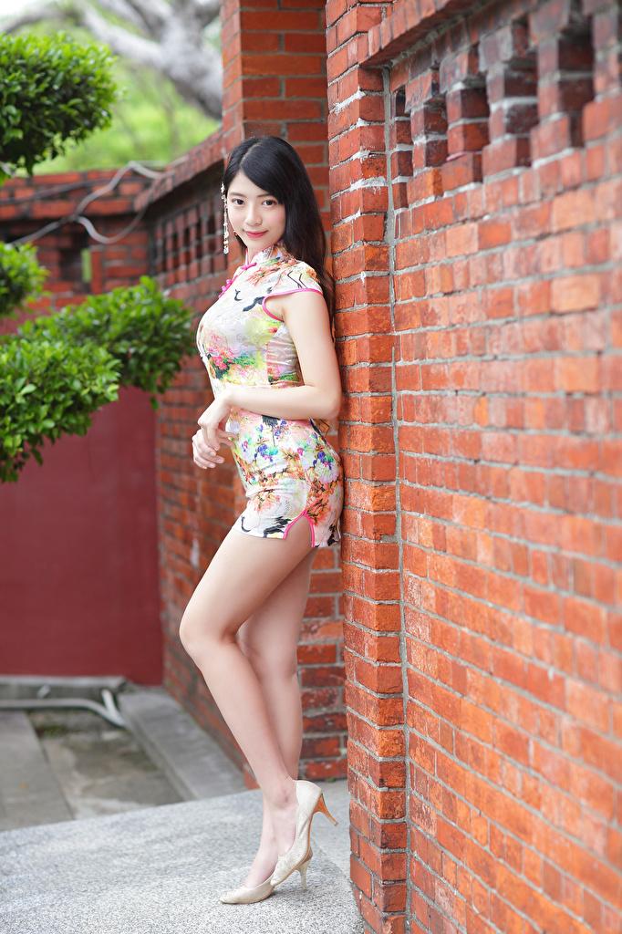 Картинка брюнеток Поза девушка ног азиатки смотрят Платье туфлях  для мобильного телефона брюнетки Брюнетка позирует Девушки молодая женщина молодые женщины Ноги Азиаты азиатка Взгляд смотрит платья Туфли туфель